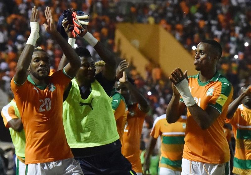 لاعبو ساحل العاج يحتفلون مع جمهورهم بعد الفوز على مالي (ا ف ب)
