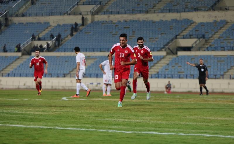 لاعب منتخب لبنان فايز شمسين يحتفل بهدفه مع معتز بالله الجنيدي (مروان بوحيدر)