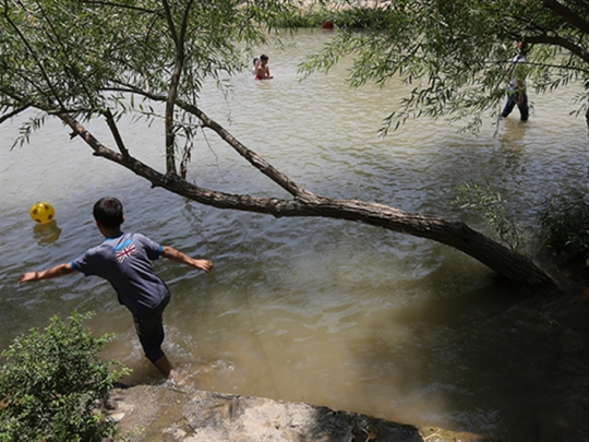 مشكلات المياه في لبنان   [2]: هجوم الملوثين على نهر الليطاني