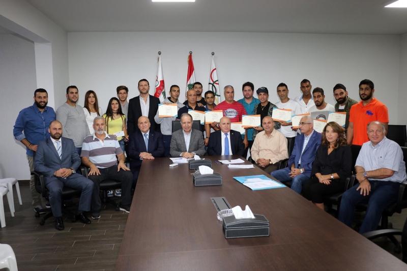 البعثة المكرمة يتوسط أفرادها رئيس وأعضاء اللجنة الأولمبية (سركيس يريتيسيان)