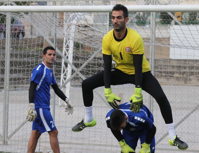 الحارس حسن بيطار يقفز من فوق زميله علي حلال تحت أنظار أحمد تكتوك خلال التمرين أمس