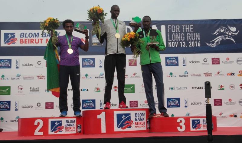 بطل السباق الكيني إدوين كيبتو على منصة التتويج (عدنان الحاج علي)