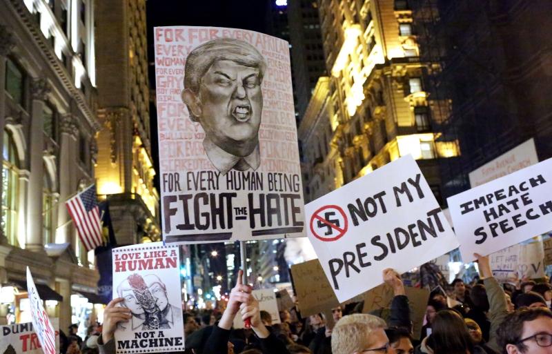 واصل المحتجون تظاهراتهم أمس لليوم الخامس على التوالي(أ ف ب)