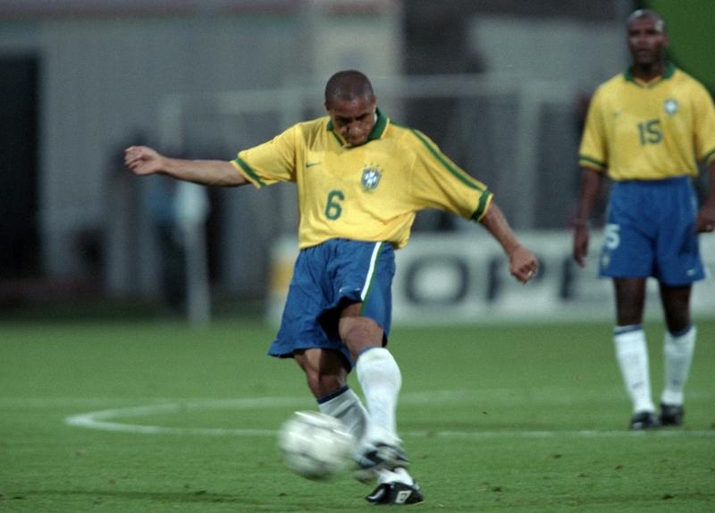 هل يمكن أن ينسى أحد هدف البرازيلي روبرتو كارلوس في المباراة الودية ضد فرنسا عام 1997؟ (أرشيف)