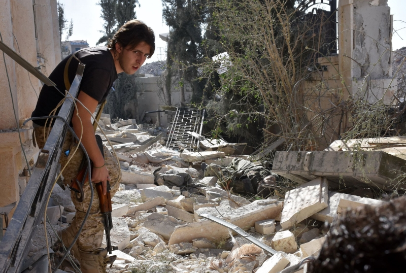 أعلنت موسكو بدء عملية واسعة النطاق في مناطق سورية بالتزامن مع تحضيرات برية للجيش وخلفائه (أ ف ب)