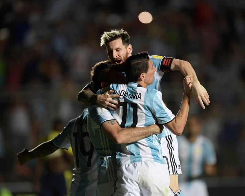 تألق ميسي في قيادة الأرجنتين إلى الفوز على كولومبيا (خوان مابروماتا ــ أ ف ب)