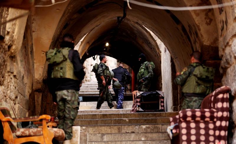 يحاصر عناصر الأجهزة الأمنية الفلسطينية مخيم بلاطة لإلقاء القبض على المطلوبين (آي بي آيه)