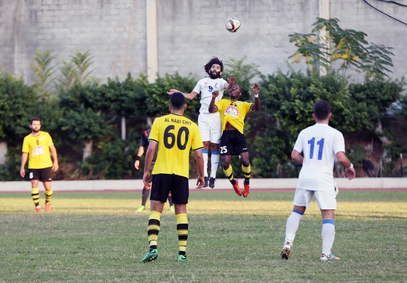 صراع هوائي بين لاعب النبي شيت دانييل أودافين (25) ومحمد جعفر (مروان بوحيدر)