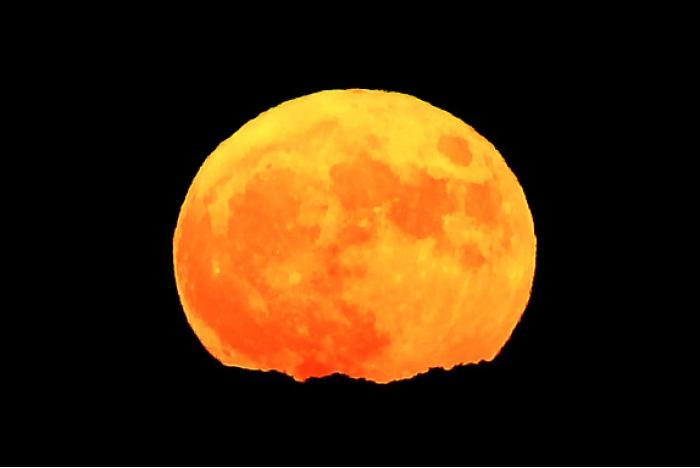 تأثيرات القمر على الظواهر الطبيعية على سطح الأرض محدودة