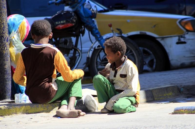 تعيش آلاف الأسر في عدن وعدد من المحافظات أوضاعاً إنسانية صعبة (أ ف ب)