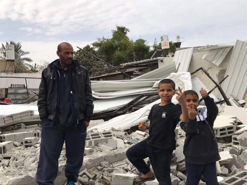 أخُرج الأهالي والأطفال من منازلهم تحت تهديد السلاح (تيسير شعبان)