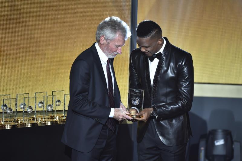 تجاهل بايرن ارسال لاعبيه او مدربه فحضر برايتنر لاستلام جائزة نوير (أ ف ب)