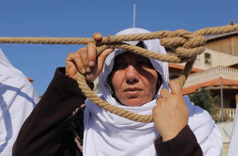 خلال احتجاج لأهالي الشهداء المقطوعة رواتبهم في غزة أمس