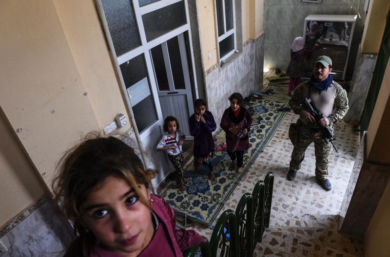 في أحد المنازل على أطراف مدينة الموصل (بولنت كيليج ــ أ ف ب)