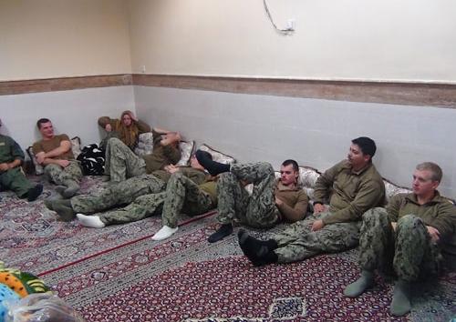 حاصرت قوات من البحرية الإيرانية الزورقين وأرسلت لهما تحذيرات فلم يظهرا أي مقاومة تذكر