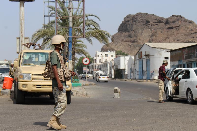 يفتش مسلّحون ملثّمون السيارات على مرأى من قوات «التحالف»
