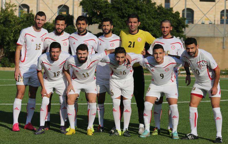 انقسم لاعبو المنتخب الى فريقين الأحمر والأبيض وفاز الأحمر 3 - 2