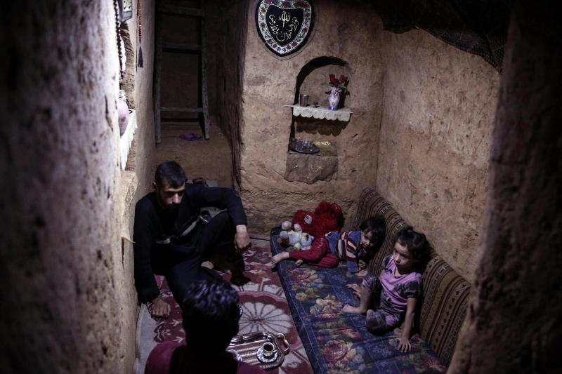 باع منزله كي يلحق بزوجته التي سبقته إلى ألمانيا بصحبة  أولادهما