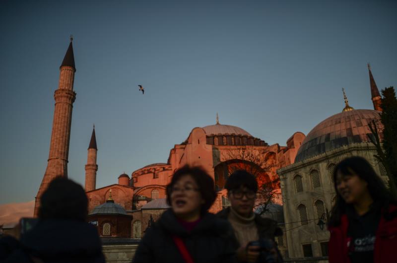 سياح يتنزهون أمس قرب موقع التفجير في ساحة السلطان أحمد