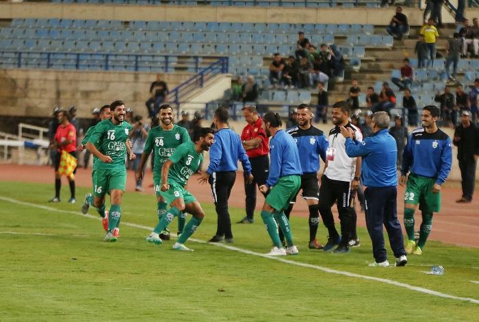 لاعب الأنصار معتز بالله الجنيدي يحتفل مع زملائه بالهدف الأول (مروان بوحيدر)