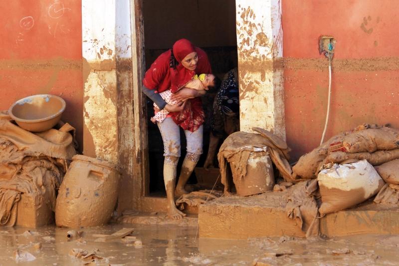 في مدينة راس غارب المصرية التي اجتاحتها السيول والأمطار (أ ف ب)