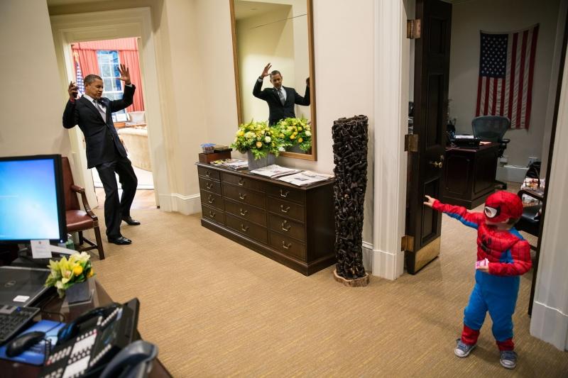 شاهد الناس رئيساً في المكتب البيضاوي يداعب طفلاً ويلعب مع آخر متنكّر بزي «سپايدرمان» (تصوير پيت سوزا)