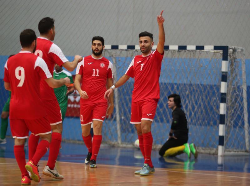 زيتون محتفلاً مع زملائه بتسجيله ثاني اهداف لبنان امام العراق