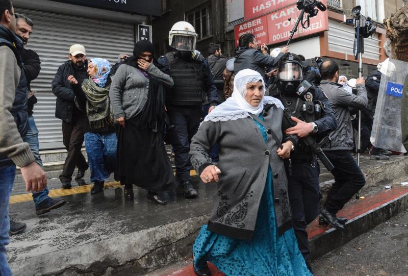 الشرطة التركية تحتجز نساء يحتججن على حظر التجوال في ديار بكر