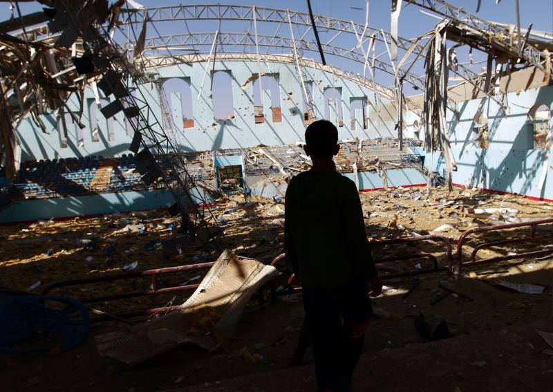 من التدمير الذي لحق بمدينة الثورة الرياضية جراء قصف طائرات «التحالف» أول من أمس