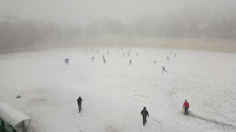 الثلج يغطي أرض ملعب بحمدون خلال لقاء الراسينغ والأهلي النبطية
