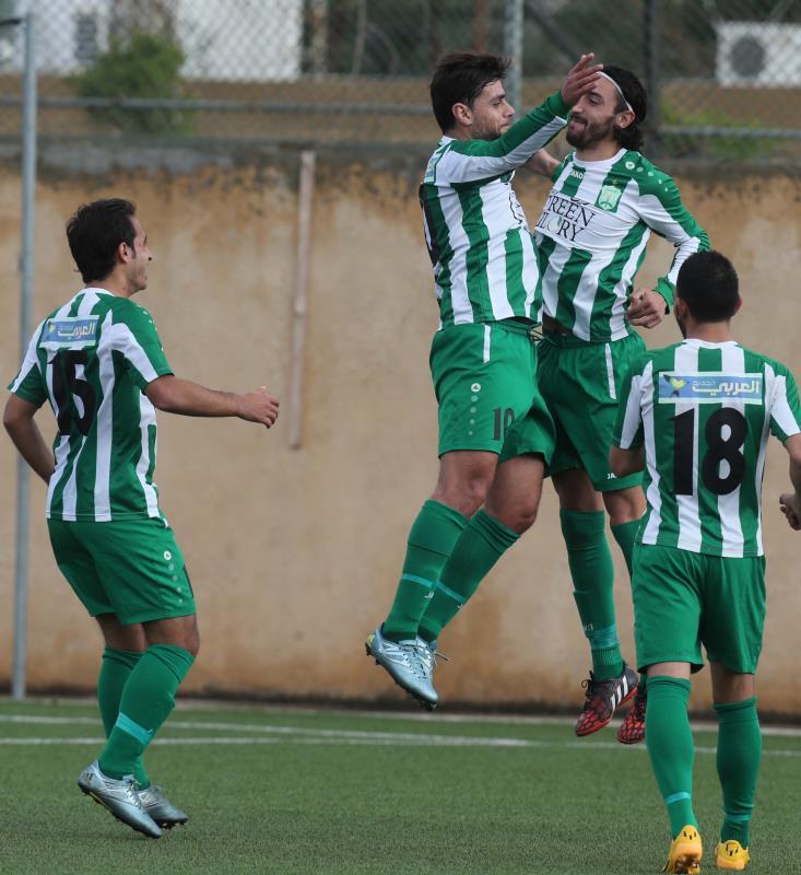 لاعب الأنصار لوكاس غالان يحتفل مع زملائه بأحد هدفيه