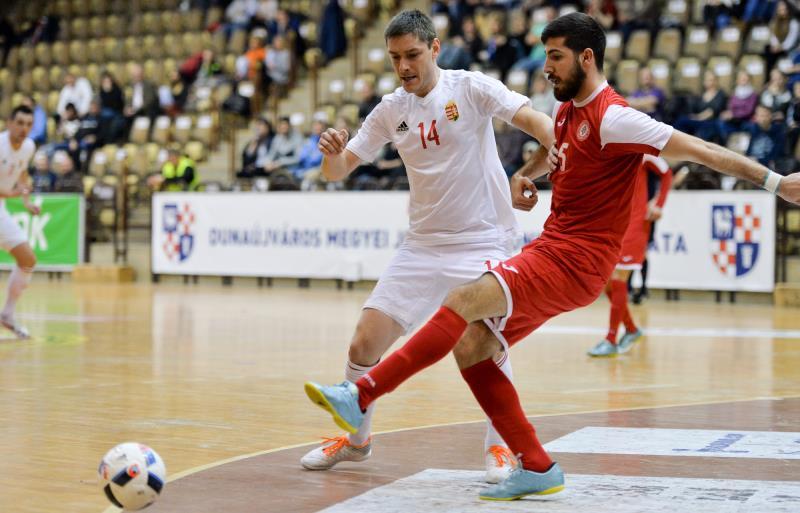مسجّل الهدف الأول أحمد خير الدين يمرر الكرة امام إيشتفان غال