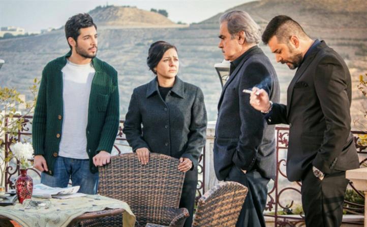 يامن الحجلي (الرائد عاصي)، رفيق علي أحمد (العميد حليم)، رنا جمول (لبنى)، بلال مارتيني (تيم) في مشهد من «أحمر»