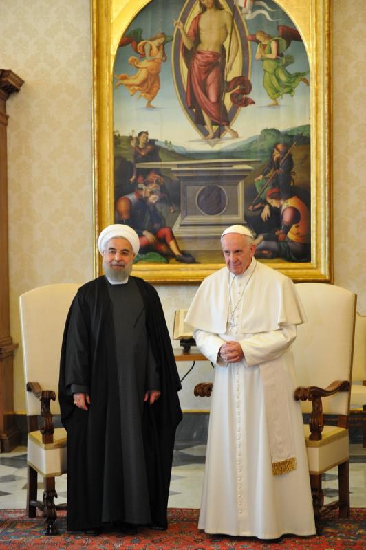 """طلب الرئيس الإيراني، حسن روحاني، من بابا الفاتيكان، فرانسيس، اليوم الثلاثاء، أن """"يصلي من أجله""""، وذلك في إطار الزيارة الحالية التي يقوم بها الأول لإيطاليا. جاء ذلك في ختام لقاء جمع روحاني والبابا، في ح"""