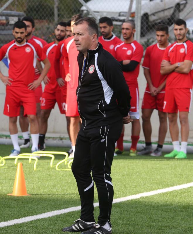 رادولوفيتش مع لاعبي منتخب لبنان خلال تدريب سابق