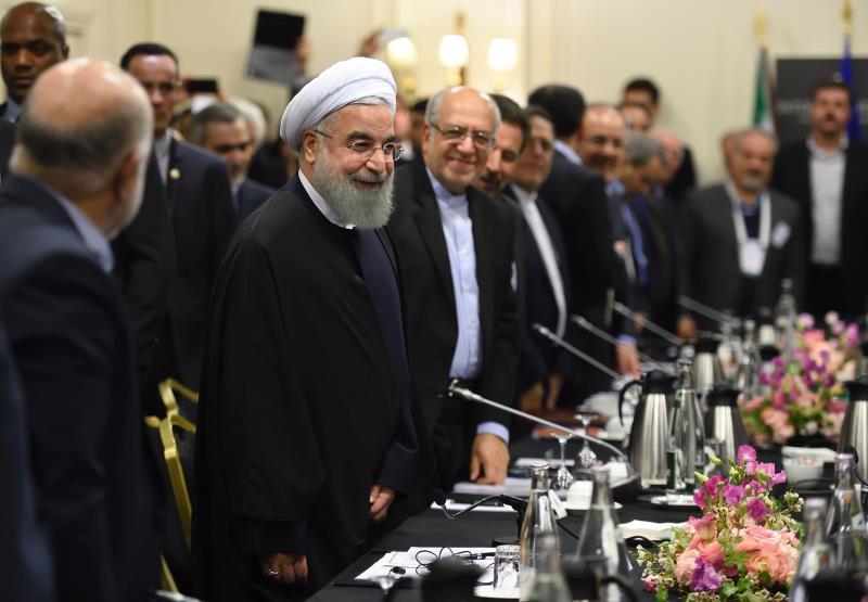 شارك روحاني مساء أمس في اجتماع مع وزراء فرنسين وممثلين عن الجمعية الصناعية الفرنسية