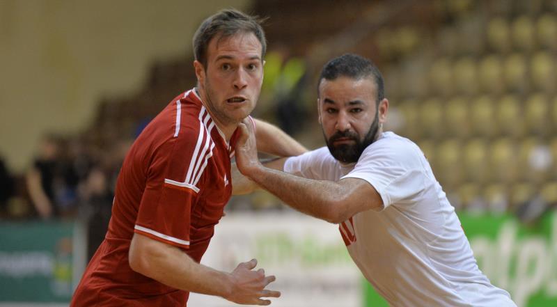 لاعب منتخب لبنان علي طنيش في صراع مع العملاق المجري يانوش رابل