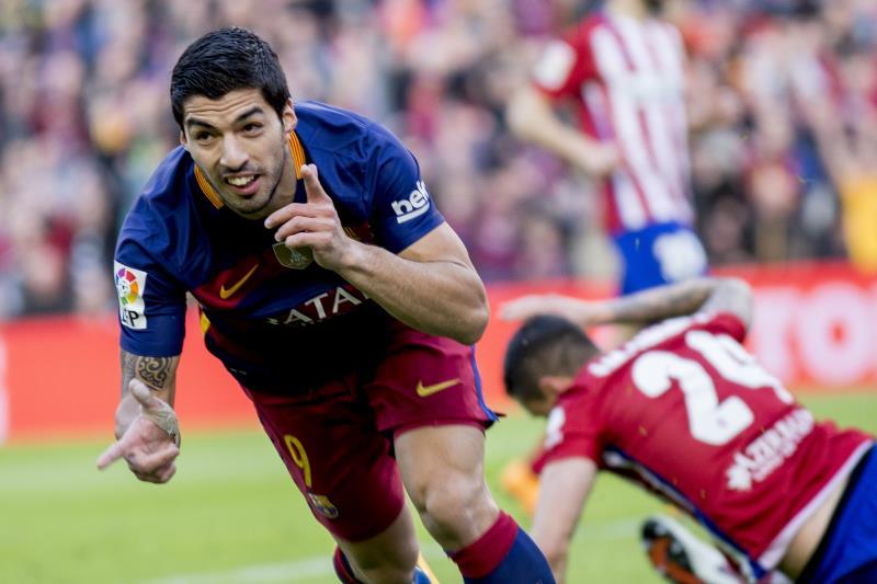لويس سواريز محتفلاً بتسجيله ثاني هدفي برشلونة في مرمى اتلتيكو مدريد (البرت يوب - الأناضول)