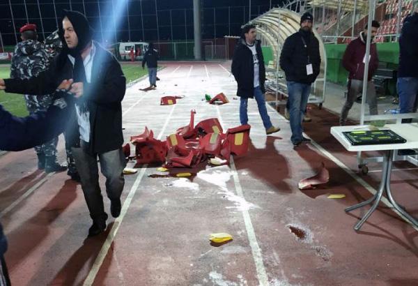 جزء من الأضرار التي لحقت بملعب زغرتا خلال مباراة النجمة والعهد (انترنت)