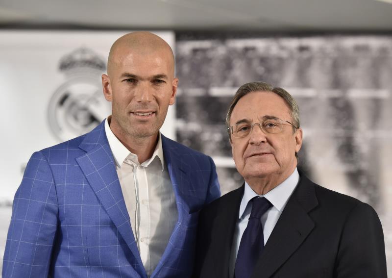 بيريز وزيدان بعد المؤتمر الصحافي أمس (أ ف ب)