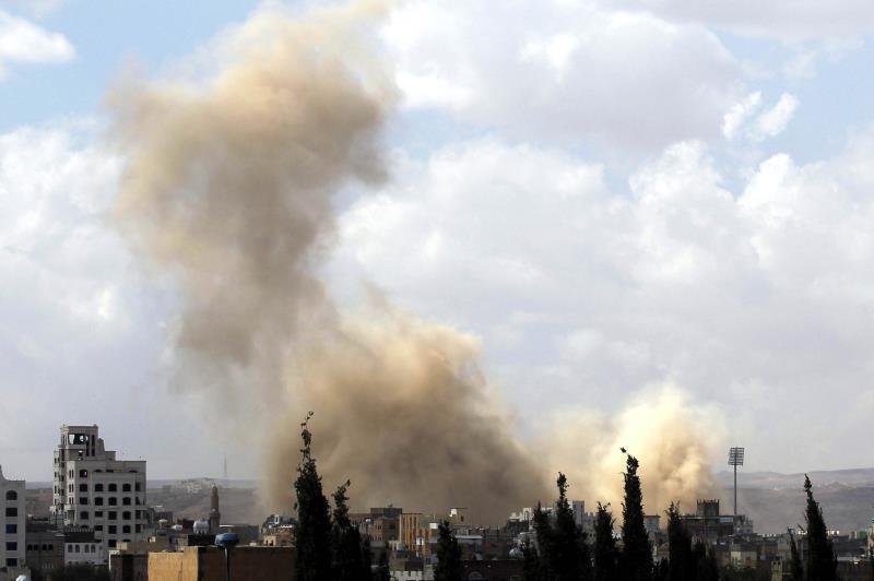 صعد العدوان غاراته الجوية على صنعاء يوم أمس