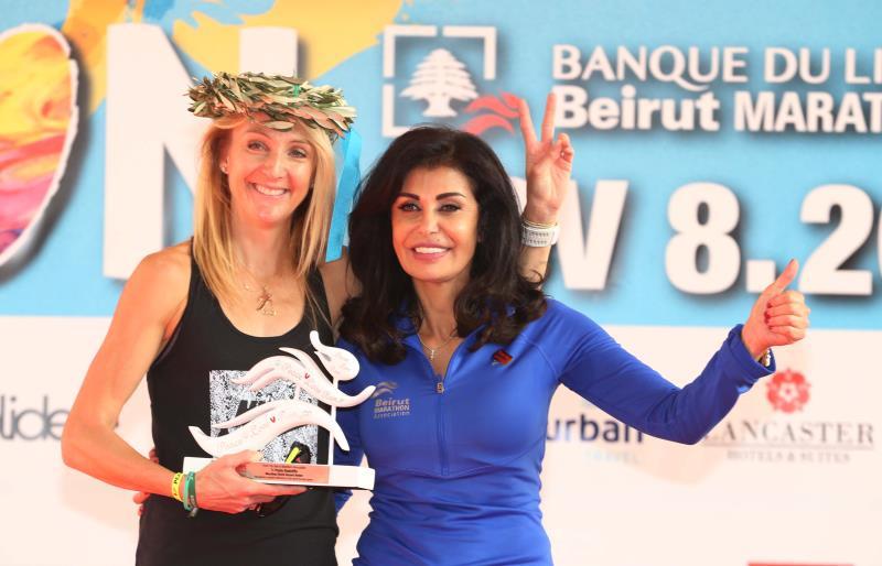 رئيسة الجمعية مي الخليل مع العداءة البريطانية باولا رادكليف خلال سباق عام 2015 الفضي أيضاً