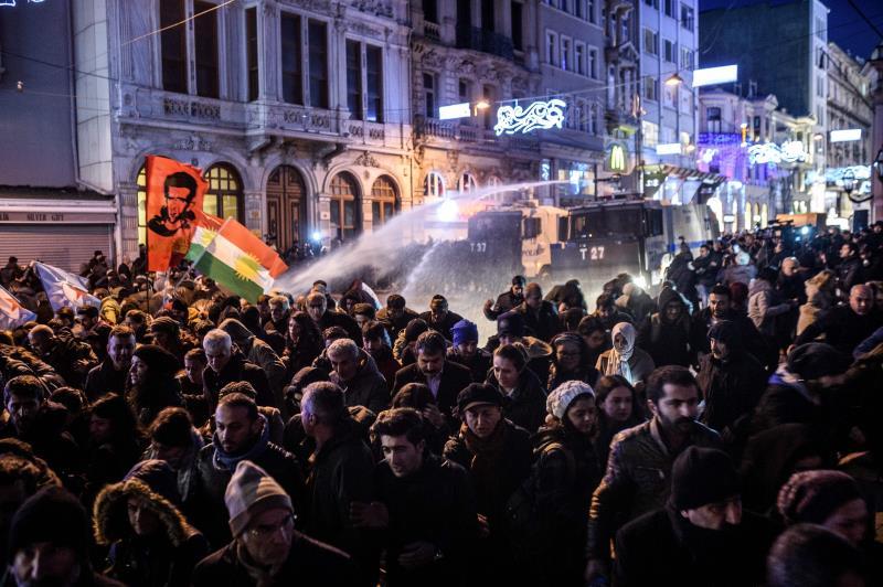 يستغل الجنود الأتراك التعتيم الإعلامي المفروض على الصحافيين لتغطية انتهاكاتهم