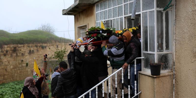 يواصل الفلسطينيون تشييع شهداء الانتفاضة في عدة مناطق