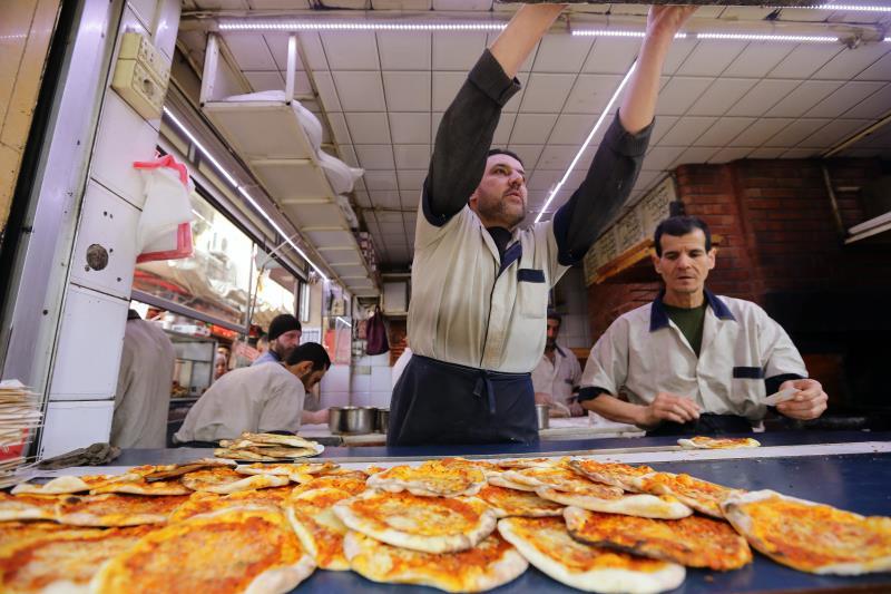 في أحد مطاعم دمشق أول من أمس
