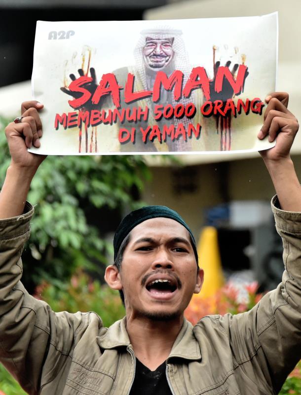 متظاهر في إندونيسيا رفضاً للعدوان السعودي على اليمن