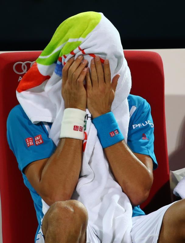 ديوكوفيتش حزيناً بعد انسحابه من دورة دبي (مروان نعماني - أ ف ب)