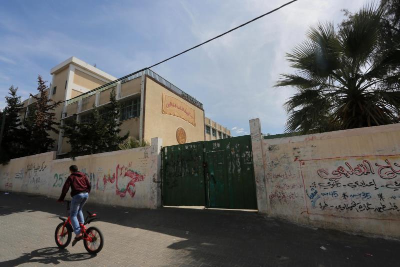 شارك معلمو وموظفو غزة الحكوميون في إضراب شامل يوم أمس