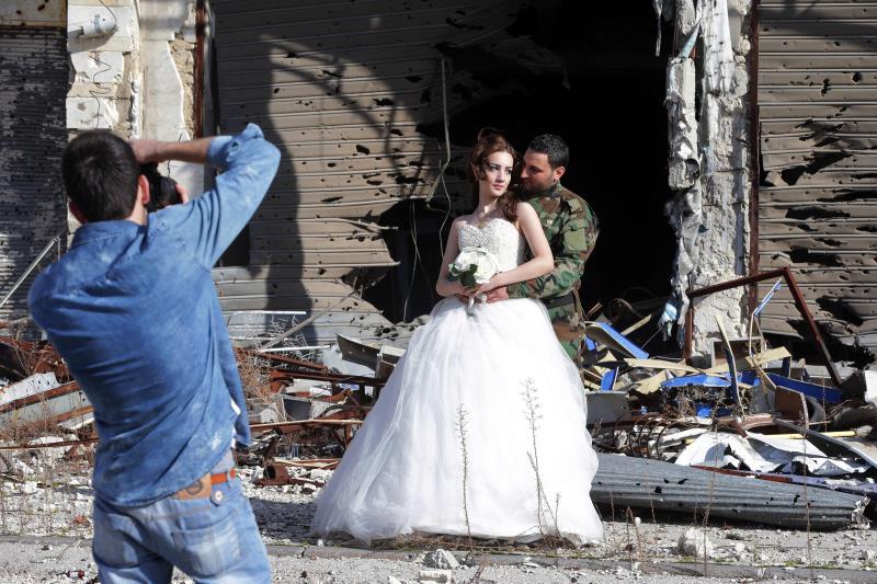 في أحد أحياء مدينة حمص أمس