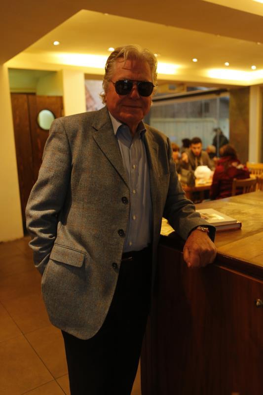 صوّر الممثل المصري حلقة في مقهى «ة»